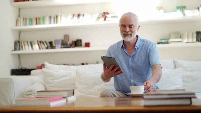senior mann surfen im netz - online dating stock-videos und b-roll-filmmaterial