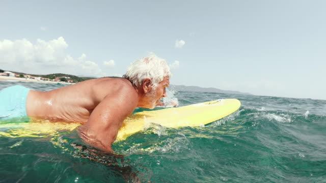 シニア男サーフィン - サーフィン点の映像素材/bロール