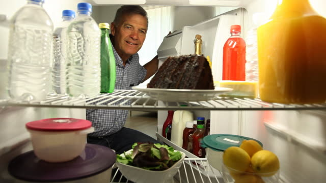 vídeos y material grabado en eventos de stock de hombre mayor gustos pastel de chocolate - un solo hombre