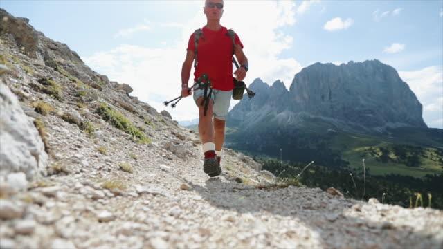 Senior woman Trail Wandern in den Dolomiten – Video
