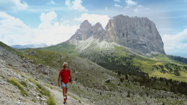 Camino de hombre Senior de senderismo en los Dolomitas - vídeo