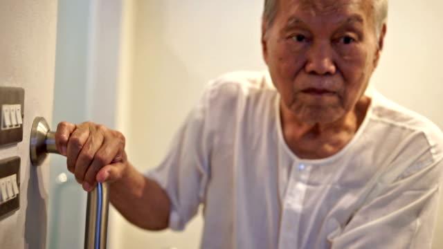 Alter Mann mit Sicherheit rutschigen Armlehne – Video