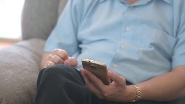 自宅で携帯電話を使用しているシニア男性 - 怠惰点の映像素材/bロール