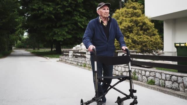 モビリティ ウォーカーを使用して年配の男性 ビデオ