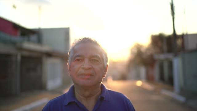 senior man går och funderar på livet - pensionärsmän bildbanksvideor och videomaterial från bakom kulisserna