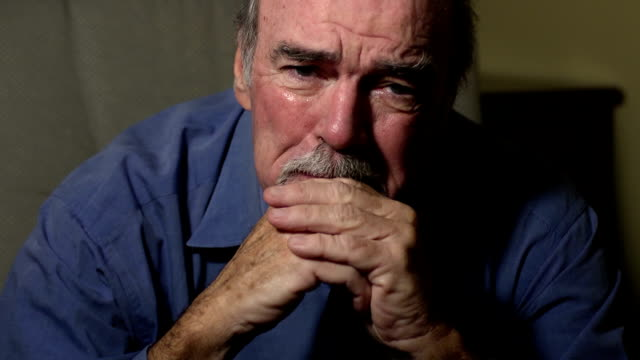 uomo anziano weeps nella disperazione - old man video stock e b–roll