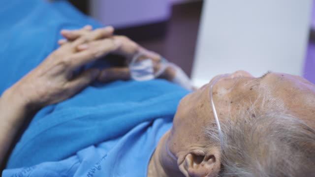 stockvideo's en b-roll-footage met hogere mens met infuusinfuus in het ziekenhuisbed - ventilator bed