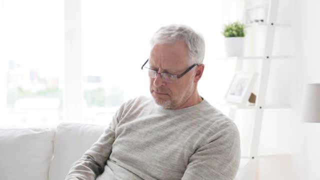 stockvideo's en b-roll-footage met senior man met tablet pc thuis - een tablet gebruiken