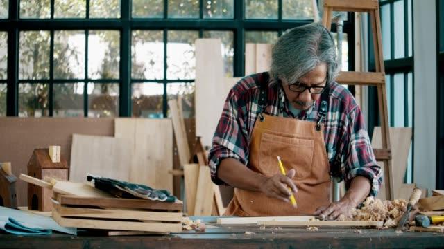 Homme aîné travaillant avec le bois - Vidéo