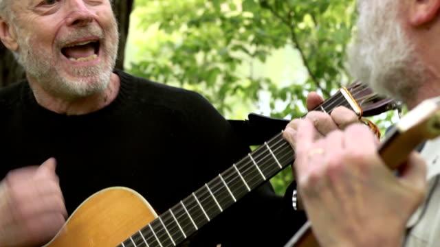 Homens Idosos cantar de guitarra, jogar e ri - vídeo