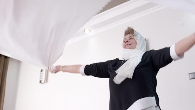Senior Muslimin, die Vorbereitung der Esstisch – Video