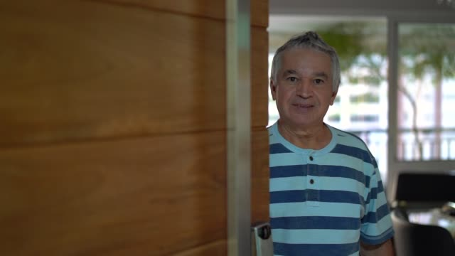 vídeos de stock, filmes e b-roll de senior, abrindo a porta da frente - aberto