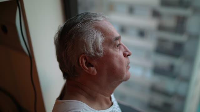 senior-patient schaut durch fenster im krankenhaus - geduld stock-videos und b-roll-filmmaterial
