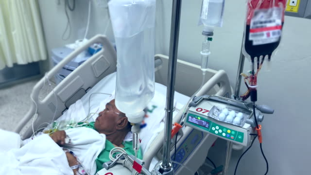 vídeos de stock, filmes e b-roll de último paciente recebeu sangue no hospital - geriatria