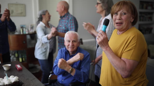 カラオケパーティーで楽しむ高齢者 - 老人ホーム点の映像素材/bロール