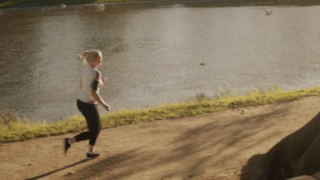 senior runner in melbourne park - 50 54 lata filmów i materiałów b-roll