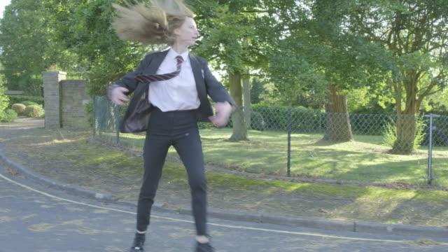 学校に行く途中でバレエを練習する女子高生 - バレエ点の映像素材/bロール
