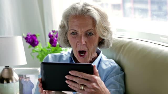 vídeos de stock e filmes b-roll de senior skype sofá cm li - old lady