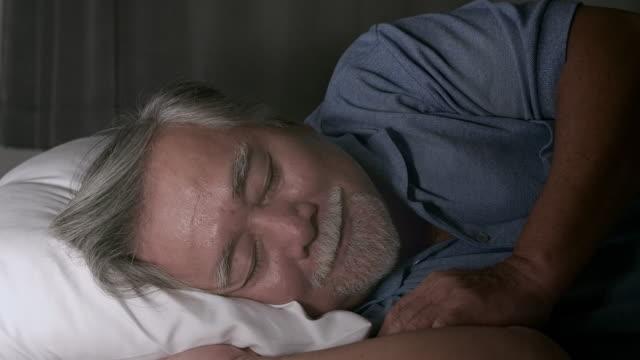 vídeos de stock e filmes b-roll de senior sleeping calmly - dormir