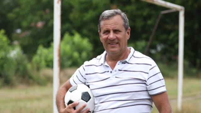 senior soccer player - trykot filmów i materiałów b-roll