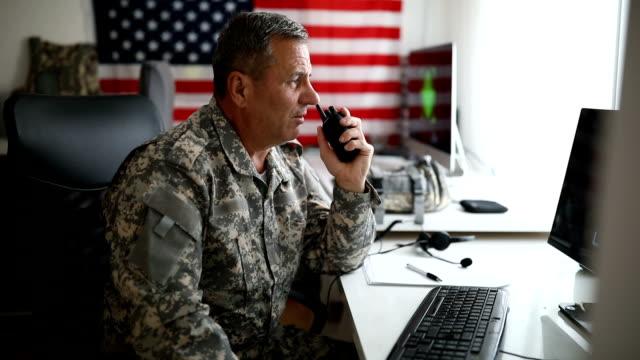 무전기에 말하는 미국 고위 군인 - veterans day 스톡 비디오 및 b-롤 화면