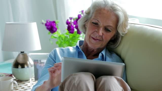 stockvideo's en b-roll-footage met senior tablet sofa         li cm bu re - oudere vrouwen