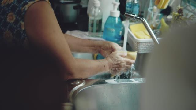 senior tvätt mason jar - konserveringsburk bildbanksvideor och videomaterial från bakom kulisserna
