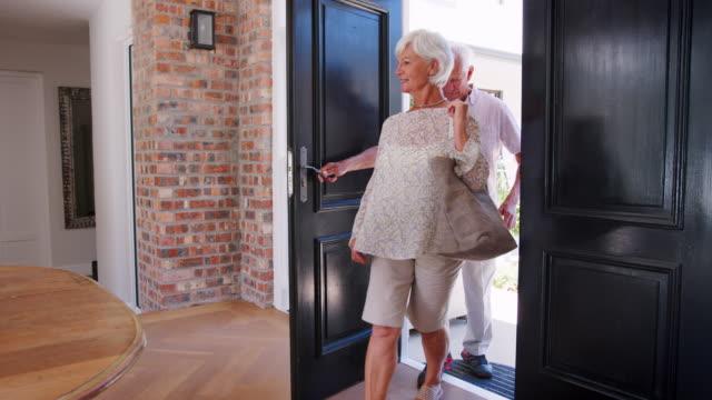 vídeos de stock e filmes b-roll de senior white couple arriving back home - old men window
