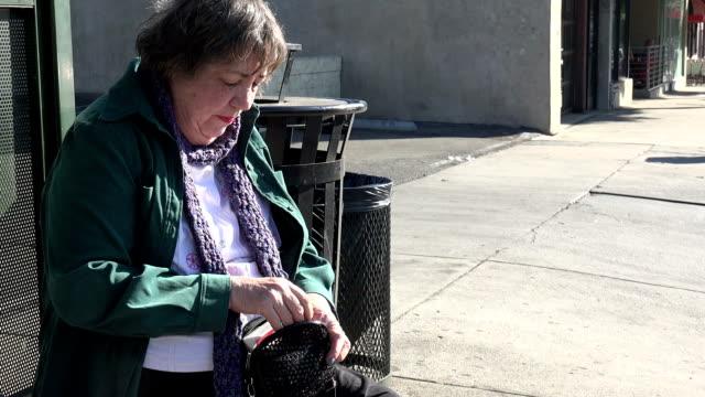 stockvideo's en b-roll-footage met senior vrouw bij bushalte - bushalte