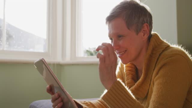 senior woman at home alone - krótkie włosy filmów i materiałów b-roll