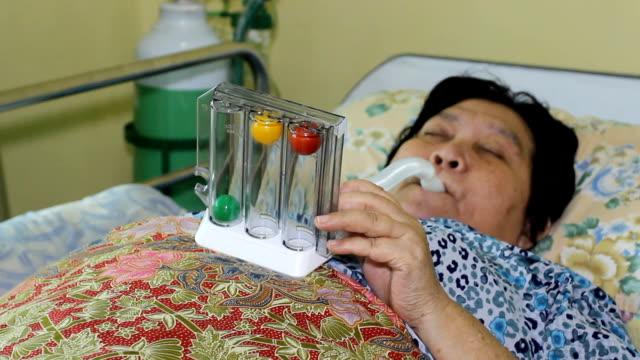 senior frau atemübungen mit spirometer - inneres organ eines tieres stock-videos und b-roll-filmmaterial