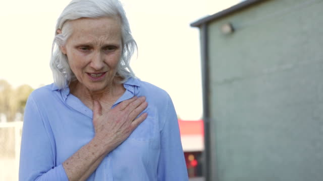 vídeos de stock e filmes b-roll de mulher sénior dores no peito - ataque cardíaco