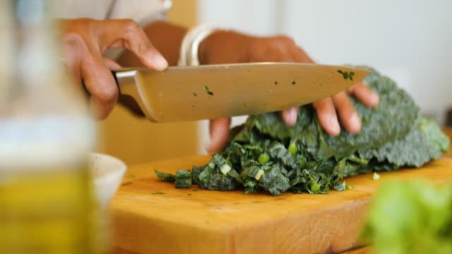 vídeos de stock, filmes e b-roll de mulher sênior que corta a lga em casa - vegetarian meal