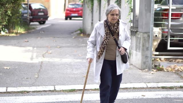 stockvideo's en b-roll-footage met senior vrouw oversteken van de straat - oversteekplaats