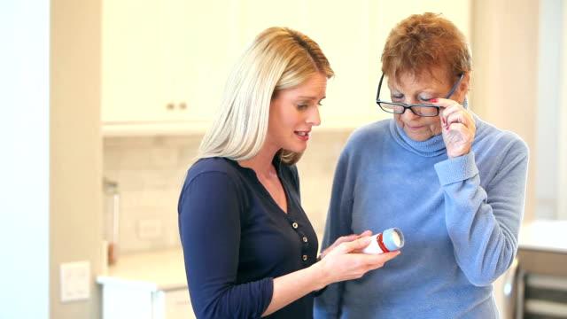 Mujer Senior, hija hablar de medicina - vídeo