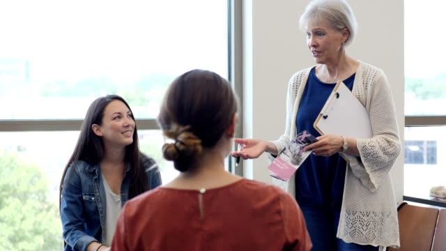 vídeos de stock e filmes b-roll de senior woman discusses breast cancer remission with support group - benefits