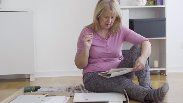 vídeos de stock e filmes b-roll de senior woman diy - manual