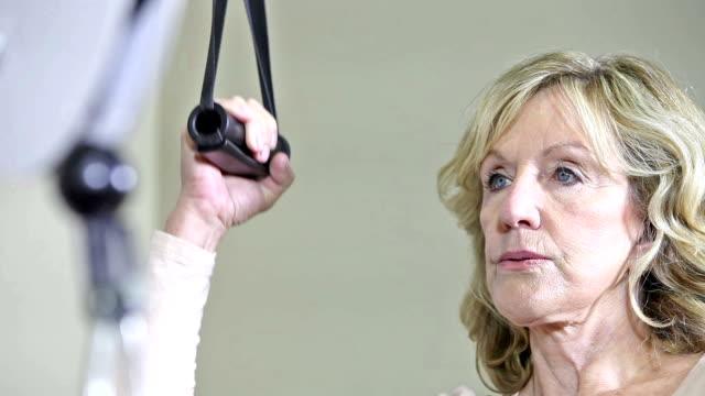 Haute femme faisant la physiothérapie sur le bras et l'épaule - Vidéo