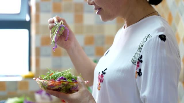 senior frau erklang gesunder salat - salat speisen stock-videos und b-roll-filmmaterial