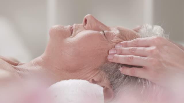 HD DOLLY: Senior Frau, die entspannende Gesichtsmassage – Video