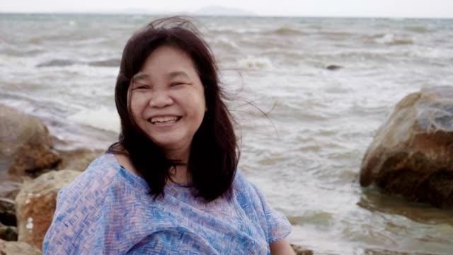 vídeos y material grabado en eventos de stock de mujer mayor disfrutando del día de verano en la playa de pattaya - memorial day