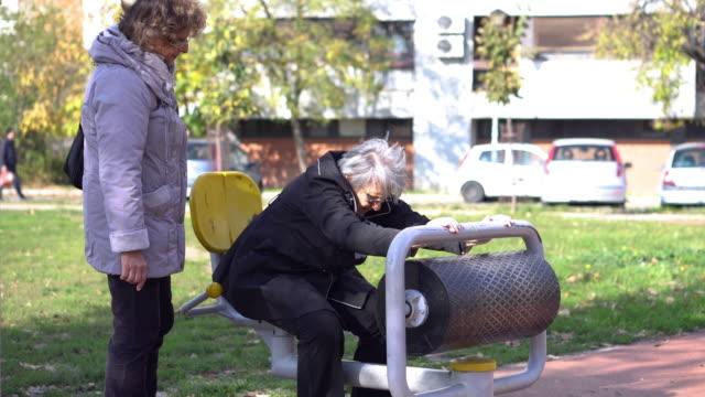 年配の女性運動屋外 ビデオ
