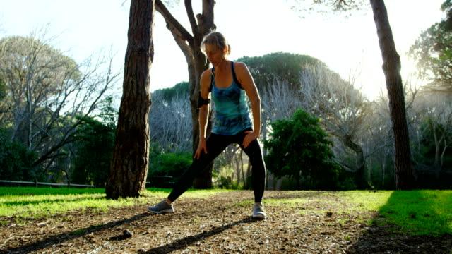 vídeos de stock e filmes b-roll de senior woman exercising in the park 4k - 55 59 anos