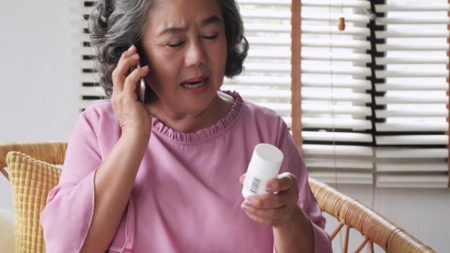 年配の女性は彼女の処方または彼女の医師または保健医療プロバイダーとの会話の補充を終えたします。 - 処方箋点の映像素材/bロール