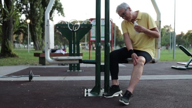 vídeos de stock, filmes e b-roll de idosa com dor no joelho - persistência
