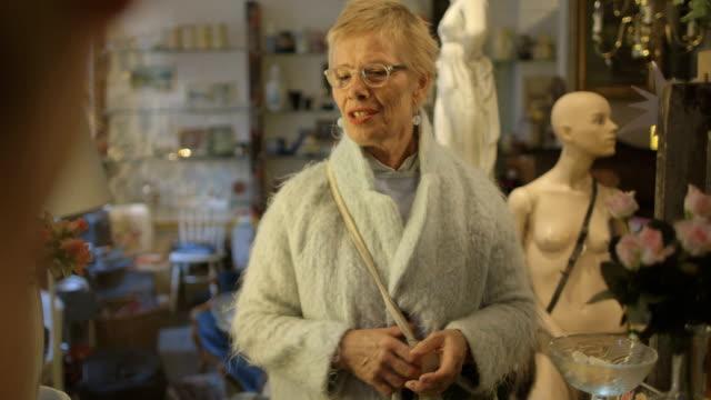 senior frau in einkaufen - antique shop stock-videos und b-roll-filmmaterial