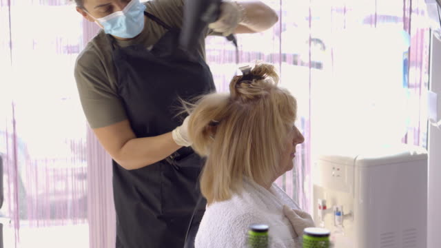 Bидео Senior woman  in the hair salon