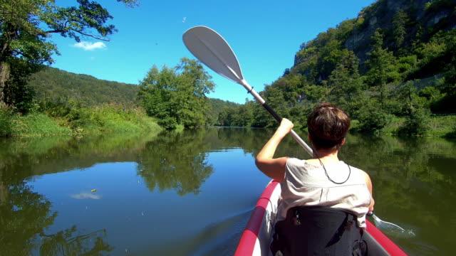 Senior In Kayaking auf dem Idyllischen Fluss – Video
