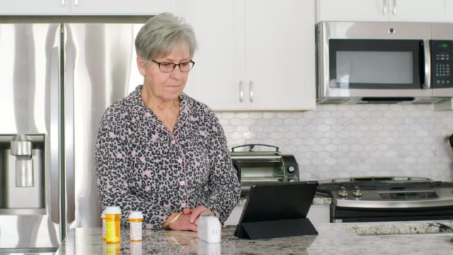 bir sanal doktor ziyareti kıdemli kadın - ziyaret stok videoları ve detay görüntü çekimi