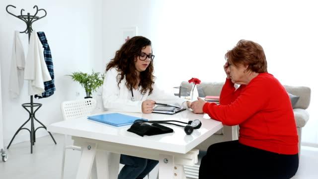 Mujer Senior en examen médico - vídeo